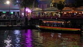 Attracco della barca turistica ad un'area della riva del fiume del pilastro stock footage
