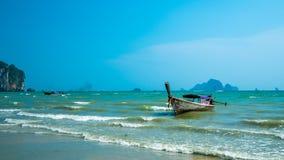 Attracco della spiaggia della pietra del mare della barca di viaggio fotografie stock