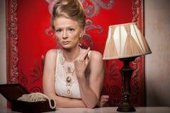 Attracitve kobieta w wiktoriański wnętrzu i sukni fotografia stock