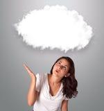 Attractievrouw die de abstracte ruimte van het wolkenexemplaar kijken Royalty-vrije Stock Afbeeldingen