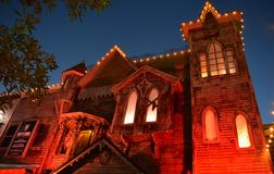 Attraction de maison hantée à la vieille ville de Kissimmee la nuit image stock