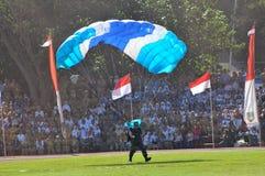 Attraction de parachutage pour célébrer le Jour de la Déclaration d'Indépendance indonésien Photos libres de droits