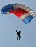 Attraction de parachutage pour célébrer le Jour de la Déclaration d'Indépendance indonésien Photographie stock