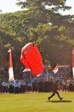 Attraction de parachutage pour célébrer le Jour de la Déclaration d'Indépendance indonésien Images stock