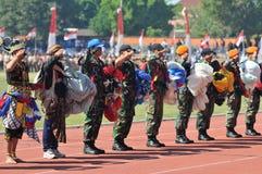 Attraction de parachutage pour célébrer le Jour de la Déclaration d'Indépendance indonésien Image stock