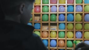 Attraction en stationnement Série de jeu de compétence de carnaval de lancer de dard de ballon banque de vidéos