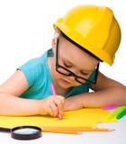 Attraction mignonne de petite fille avec le repère utilisant le casque antichoc photos libres de droits