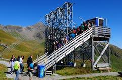Attraction touristique : Piloter rapidement en descendant les alpes suisses au B image libre de droits