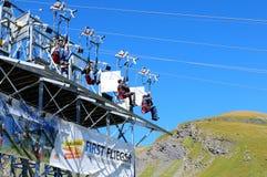 Attraction touristique : Piloter rapidement en descendant les alpes suisses au B image stock