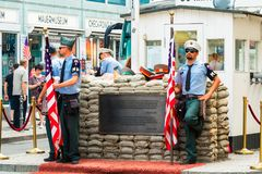 Attraction touristique populaire à Berlin : Checkpoint Charlie Photo stock