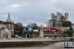 Attractions de foire d'amusement devant le château de Rochester au festival 2018 de Noël de Rochester photos stock