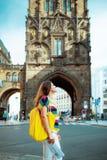 Attractions les explorant de jeune femme heureuse de voyageur photographie stock