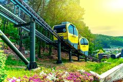 Attractions touristiques avec des trams fonctionnant à Pocheon Art Valley, Corée images libres de droits