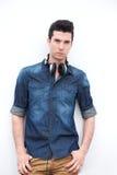 Attractitve mody modela męska pozycja z hełmofonami Fotografia Stock