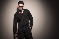 Attractive business man leaning on a grey wall Royalty Free Stock Photos