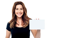 Attractive businesswoman holding a blank card Royalty Free Stock Images