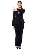 Attractive corporate woman pointing away Royalty Free Stock Photos