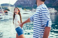 Attractive couple exploring on their summer vacation Royalty Free Stock Photos