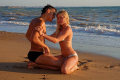 Attractive couple at the sea Royalty Free Stock Photography
