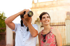Attractive couple of tourists visiting the city Royalty Free Stock Photography