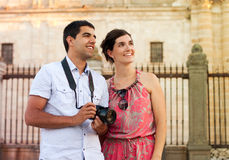Attractive couple of tourists visiting the city Royalty Free Stock Photos