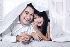 Attractive couple under blanket 1 Royalty Free Stock Photos