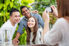 Attractive Friends using a camera to take photos Royalty Free Stock Photos
