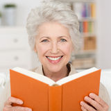 Attractive senior woman reading a book Royalty Free Stock Photos