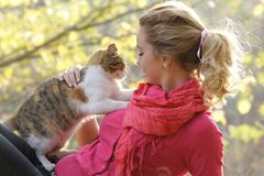 Attractive woman with cat outdoors Royalty Free Stock Photos