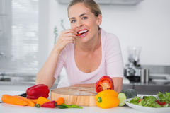 Attractive woman eating vegetables Royalty Free Stock Photography