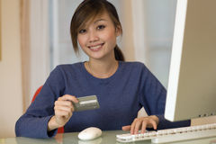 Attractive Woman shopping online Royalty Free Stock Photos