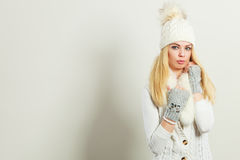 Attractive woman wearing winter clothes. Royalty Free Stock Photos