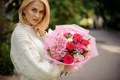 Free Attractive Young Woman In Her Hands Beautiful Bouquet Of Flowers Stock Photo - 189843160