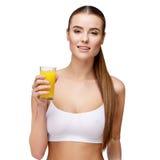 Attractivesmilings-Frau, die Glas Orangensaft lokalisiert auf Weiß hält Lizenzfreies Stockfoto