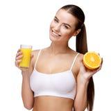 Attractivesmilings-Frau, die Glas Orangensaft lokalisiert auf Weiß hält Stockbild