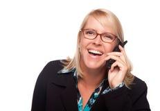 Attracttive blonde Frau, die das Telefon-Lachen verwendet Stockbild