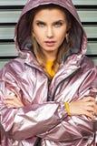 Attraente grazioso e giovane donna che posano sulla via in vestiti colourful immagine stock