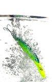 Attrait vert faisant sensation dans l'eau sur le fond blanc Image stock