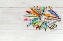 Attraits colorés de pêche sur le bureau en bois Photos libres de droits
