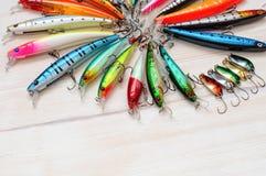 Attraits colorés de pêche sur le bureau en bois Images stock