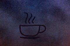 Attraktion av den varma drinken för liten kopp Arkivfoto