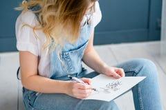 Attraktion för flicka för talang för personlighet för målninghobby slug fotografering för bildbyråer