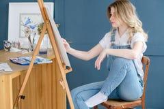 Attraktion för flicka för talang för personlighet för målninghobby slug royaltyfri bild