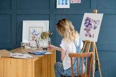 Attraktion för flicka för talang för personlighet för målninghobby slug arkivfoton