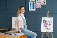 Attraktion för flicka för talang för personlighet för målninghobby slug royaltyfria foton