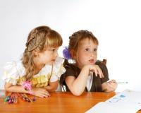Attraktion för två flickor med markörer royaltyfri fotografi