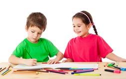 Attraktion för två lilla ungar med färgpennor arkivbilder