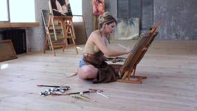 Attraktioner för yrkesmässig konstnär föreställer sammanträde på golvet hennes seminarium stock video
