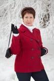 Attraktiv äldre kvinna på den snöig gatan för vinter Arkivbilder