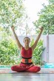 attraktiv övande yoga för ung kvinna i lotusblomma poserar arkivfoto